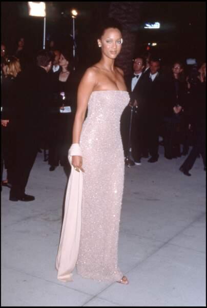 Tyra Banks en Halston pour les Oscars de 1998