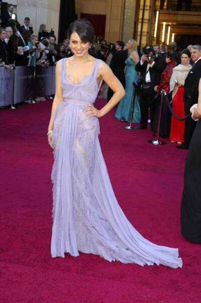 Mila Kunis porte une sublime création d'Elie Saab couleur lilas lors des Oscars de 2011