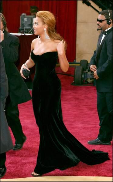 Beyonce est sublime dans cette robe de velours signée Versace pour la cérémonie des Oscars 2005