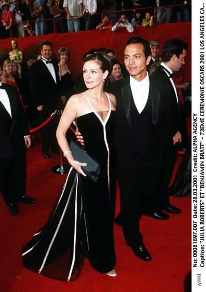 Julia Roberts au bras de Benjamin Brat, porte une création Valentino en 2001