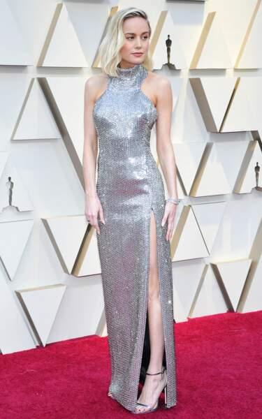 Brie Larson porte une création fenue et lamée de Celine à l'occasion des Oscars en 2019.
