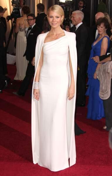 Gwyneth Paltrow porte une robe-cape immaculée de son ami, Tom Ford, pour les oscars en 2012