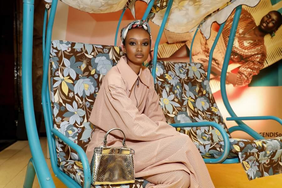 Ugbad Abdi à croquer dans un ensemble rose sporty de la nouvelle collection Fendi !