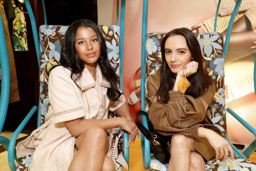 Sami Miro et Olivia Perez solaires, prennent la pose en duo pour les photographes, dans les balançoires fleuries Fendi.