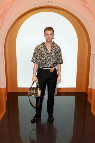 Tommy Dorfman en chemise Fendi et pantalon tailleur noir sobre. L'acteur portait aussi un sac à main de la collection Solar Dream.