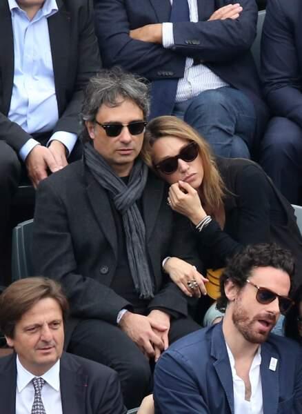 Laura Smet et son compagnon Raphaël Lancrey-Javal, dans les tribunes des championnats internationaux de France de Roland Garros le 5 juin 2016.
