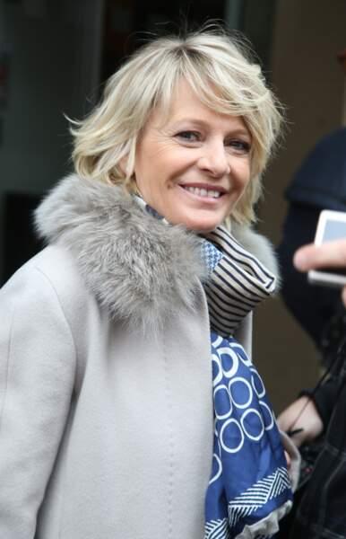 Mars 2015 : Sophie Davant adopte un blond plus froid et des cheevux plus longs.