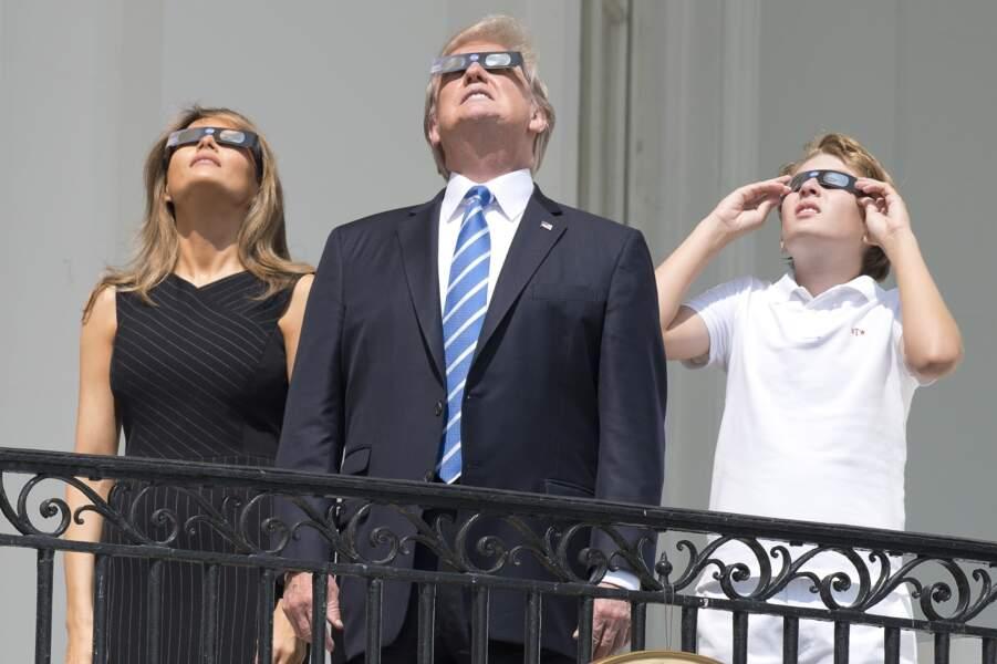 Barron Trump et ses parents regardent l'éclipse solaire totale au balcon présidentiel de la Maison Blanche le 21 août 2017