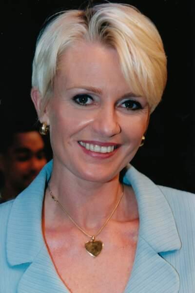 2003 : Sophie Davant très jolie et apprêtée avec cette coupe à la garçonne.