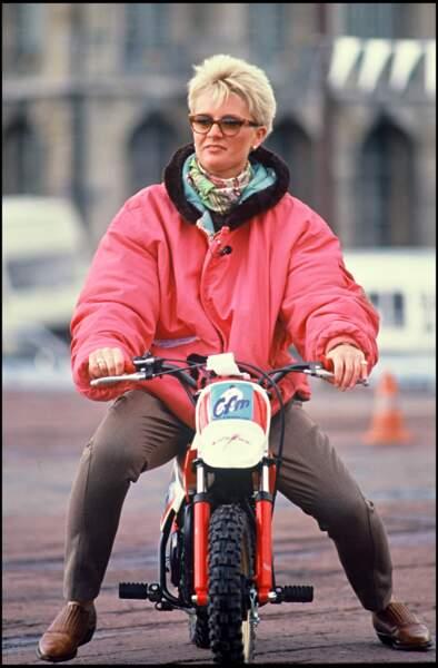 Sophie Davant très flashy sur sa mini moto en 1990.