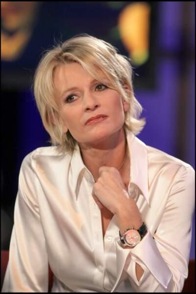 2006 : Sophie Davant, sobre et chic dans sa chemise en satin pour la 20ème édition du Téléthon sur France 2. Sa coupe de cheveux et sa couleur adoucissent ses traits.