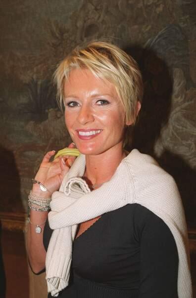 Année 2000 : Sophie Davant très bronzée avec les cheveux courts en conférence de presse à Paris