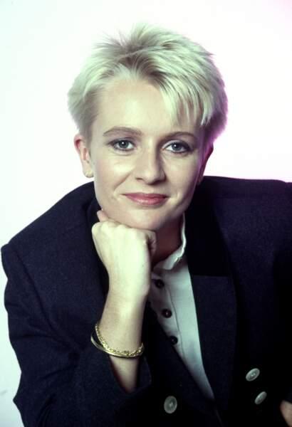 Sophie Davant au début de sa carrière dans les années 80. Née le 19 mai 1963, elle craque très vite pour une coupe courte,  presque aussi célèbre que sa carrière.