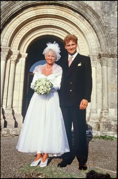 1991 : Alors qu'elle approche la trentaine, Sophie Davant épouse le journaliste Pierre Sled avec qui elle aura deux enfants.