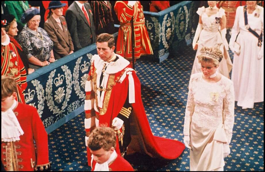 Le divorce est prononcé en août 1996, un an seulement avant la mort de Diana, tuée dans un accident de voiture le 31 août 1997, sous de le Pont de l'Alma, à Paris.