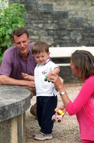 Ils se sont rencontrés lors d'une fête à Hong Kong, où il travaillait pour une compagnie maritime danoise. Fin 1994, le prince Joachim s'est agenouillé et a offert à Alexandra une bague de fiançailles en diamant et en rubis lors de leurs vacances aux Philippines.