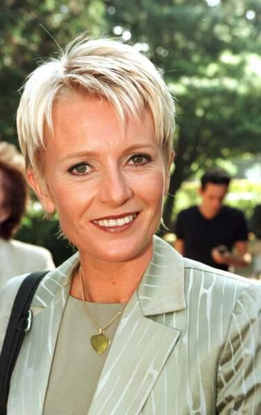 1998 : Sophie Davant reste fidèle aux cheveux courts mais varie les styles. Elle a désormais les cheveux blonds effilés et très éclaircis à l'occasion d'une conférence de presse pour France Télévision à Paris.