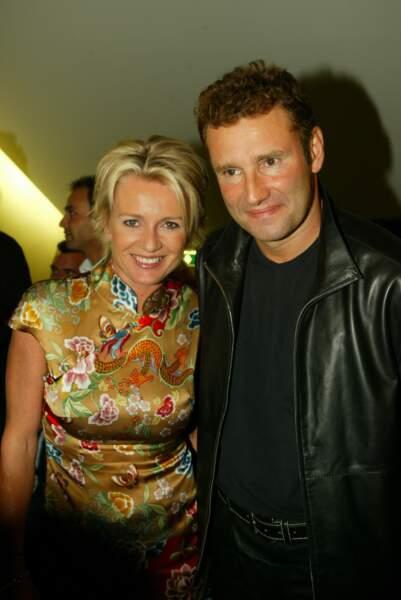 Octobre 2003 : Sophie Davant dans une tenue à l'esprit chinois, le teint bonne mine et encore un nouveau blond, ici avec son ex-mari Pierre Sled lors de la première '''Demoiselles de Rochefort'' à Paris.