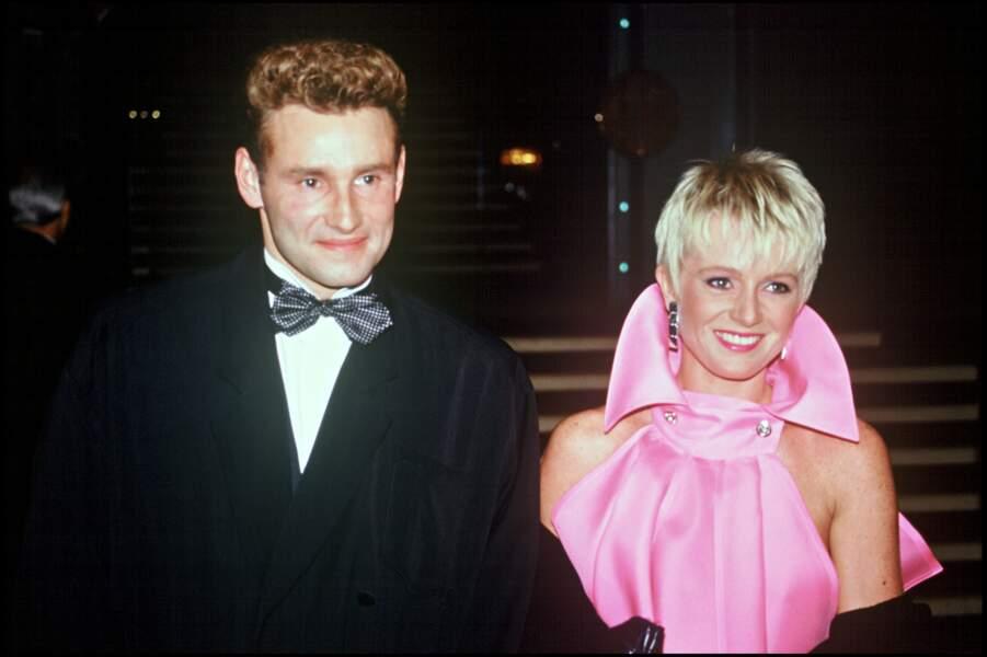 1993 : Sophie Davant, en rose bonbon et les cheveux blonds platine. Cette année-là, avec Pierre Sled, ils ont leur premier enfant, Nicolas, né le 24 juillet 1993.