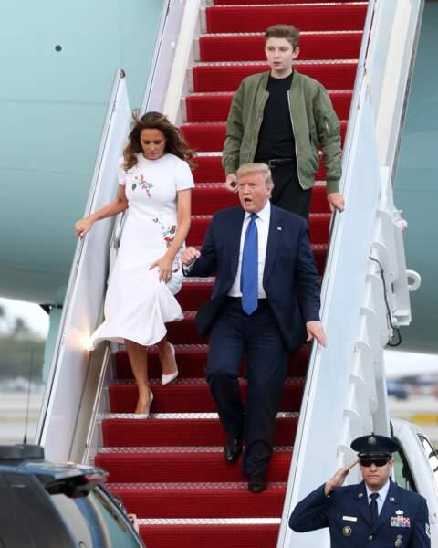 Barron Trump, sa mère et son père débarquant d'Air Force One sur le tarmac de l'aéroport de Palm Beach, le 17 janvier 2020