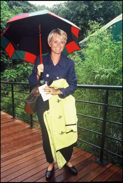 1994 : Sophie Davant, revient à un blond et une coupe de cheveux plus conventionnels. Elle est souvent présente lors d'évènements sportifs importants, comme ici, pour Roland Garros