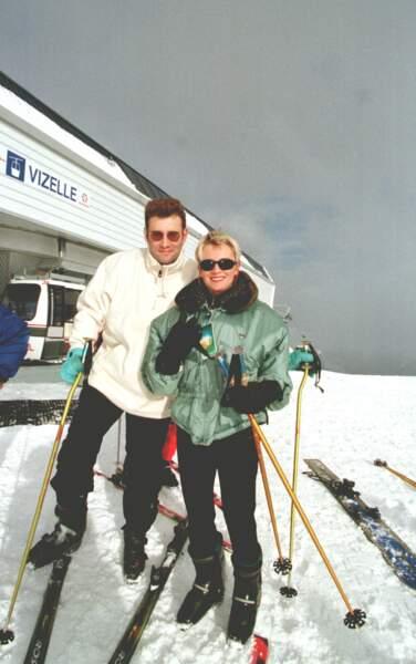 1996 : Très sportifs tous les deux, la journaliste Sophie Davant et Pierre Sled adorent le ski et sont désormais parents de deux enfants, Nicolas et Valentine. Ils divorceront au bout de 23 ans de mariage.