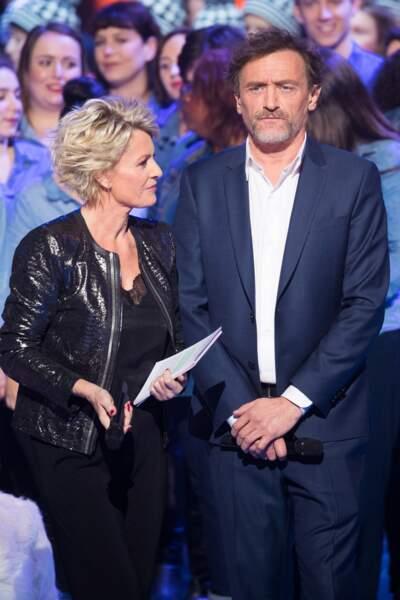 Décembre 2019 : Sophie Davant moderne et stylé avec son perfecto en cuir noir, est accompagnée de Jean-Paul Rouve pour le deuxième jour de la 33é édition du Téléthon.