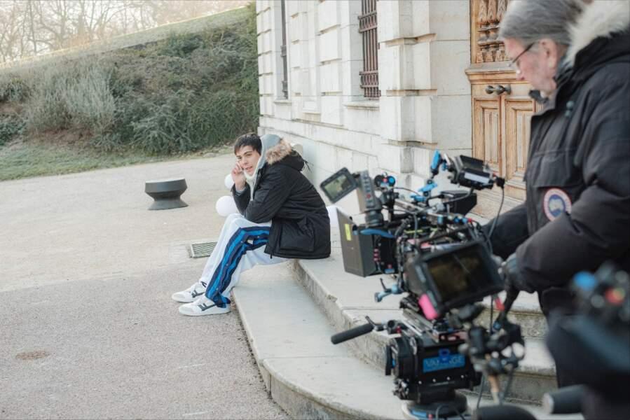L'acteur Mickaël Lumière sur les marches du château de Boigne, près de Chambéry. C'est dans ce lieu que toutes les scènes de la Star Ac ont été tournées.