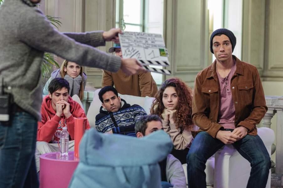 Sur le tournage, la quatrième promotion de la Star Academy a été reconstituée. Sur la gauche, en sweat rouge, Mickaël Lumière interprète Grégory Lemarchal.