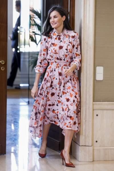 La reine Letizia d'Espagne fait sensation avec sa robe fleurie au palais Zarzuela à Madrid, le 21 février 2020.