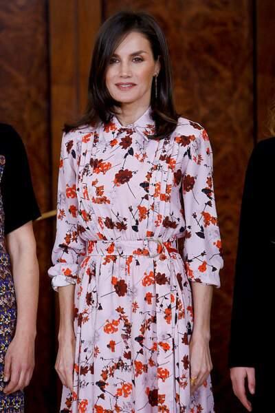 La reine Letizia d'Espagne avec sa robe fleurie Hugo Boss au palais Zarzuela à Madrid, le 21 février 2020.