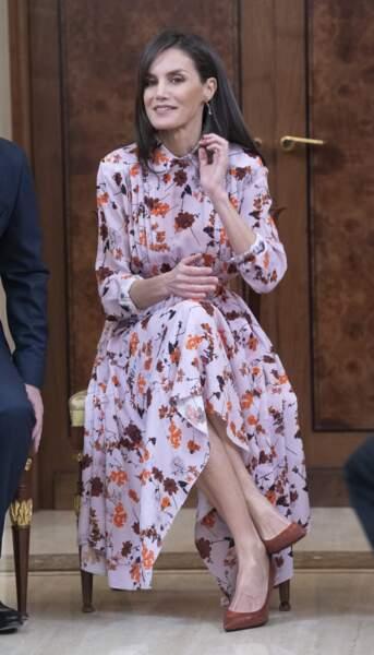 Letizia, reine de la mode : sa robe fleurie est complétée par une paire d'escarpins rouges.
