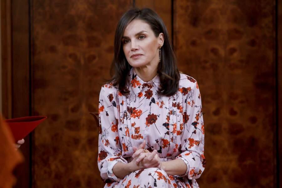 La reine Letizia d'Espagne porte une robe fleurie qu'elle portait déjà en novembre 2019.