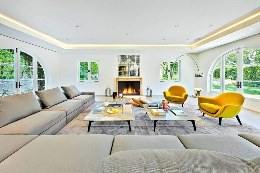 De grandes baies vitrées rendent le salon du Petra Manor particulièrement lumineux