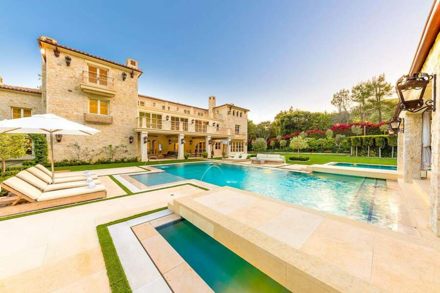 Selon les estimations, le Petra Manor et son immense piscine extérieure coûteraient au moins 10 millions de dollars