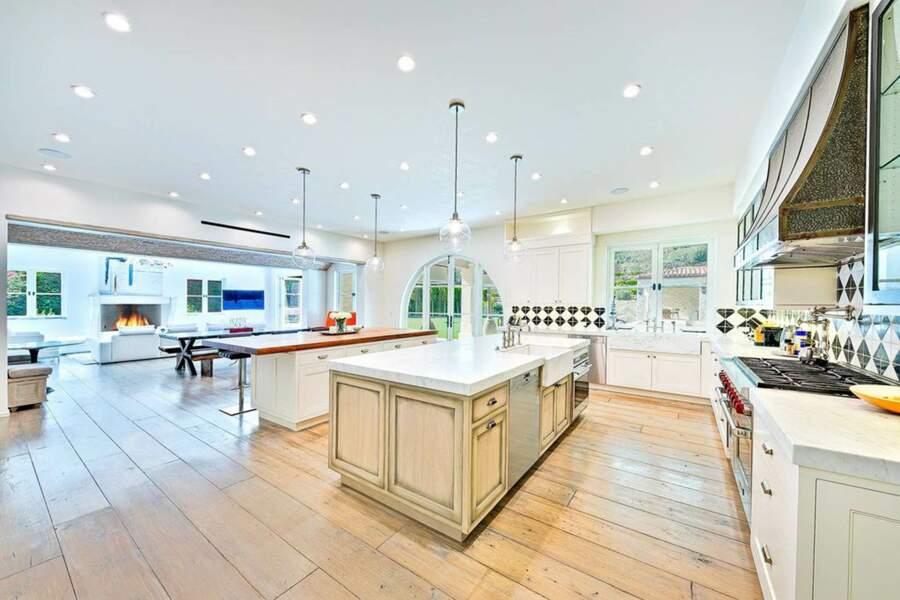 La cuisine ouverte toute équipée donne directement sur le salon pour favoriser la convivialité
