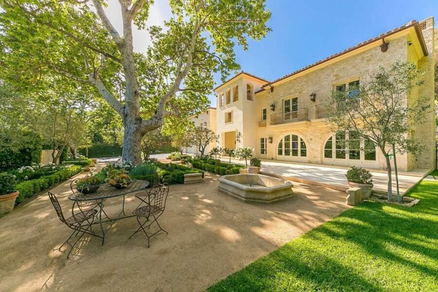 La propriété comprend un court de tennis, une piscine et un parc impressionnant