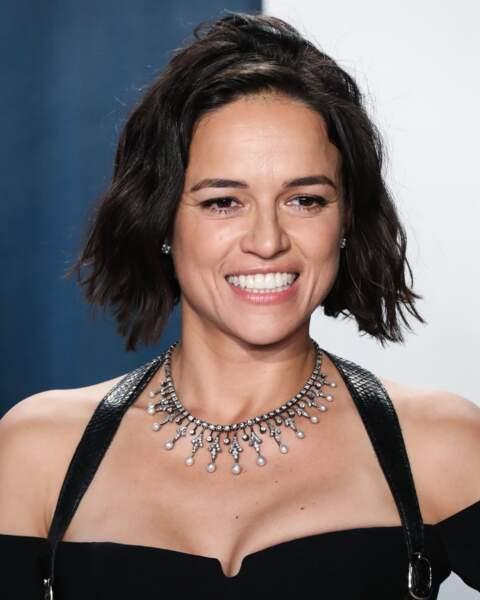 """Le carré wavy s'associe parfaitement au visage de forme """"diamant"""" de Michelle Rodriguez"""