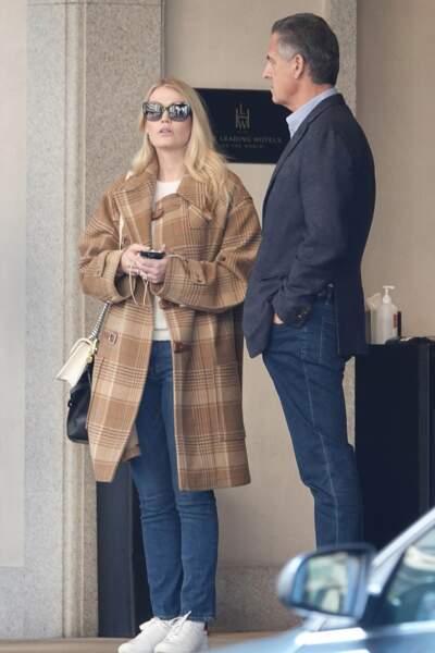 Lady Kitty Spencer, 29 ans, et son fiancé Michael Lewis, 61 ans, à la sortie de leur hôtel, à Milan, le 22 février 2020.