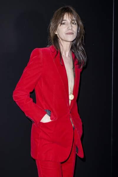 Dans son costume rouge, Charlotte Gainsbourg fait honneur à la marque du défilé de ce 25 février
