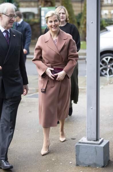 Pour bien se couvrir face aux températures hivernales, Sophie de Wessex a jeté son dévolu sur un manteau élégant, ajusté à sa taille, toujours rose
