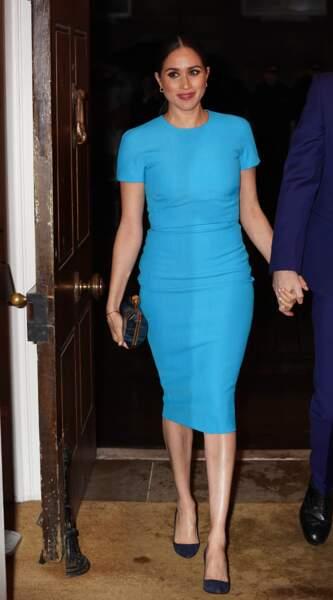 Meghan Markle portait une robe moulante Victoria Beckham déjà en rupture de stock, une paire d'escarpins Manolo Blahnik et un clutch Stella McCartney. Un look 100% UK !