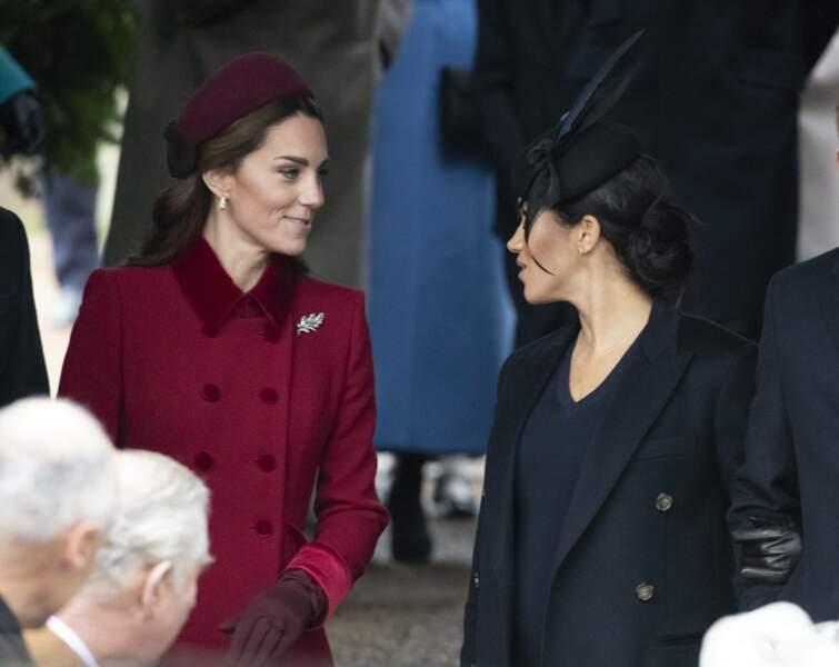 Kate Middleton et Meghan Markle tout sourire et en pleine conversation à la messe de Noël à Sandringham le 25 décembre 2018.