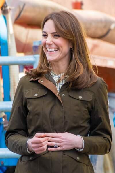 La duchesse de Cambridge est classe, même à la ferme. Elle porte une veste de la maison Dubarry d'Irlande à 349 €. Le 4 mars 2020, elle porte également un jean Zara, une blouse Alexa Chung à 87 € et des bottes Penelope Chilvers valant près de 550 €.