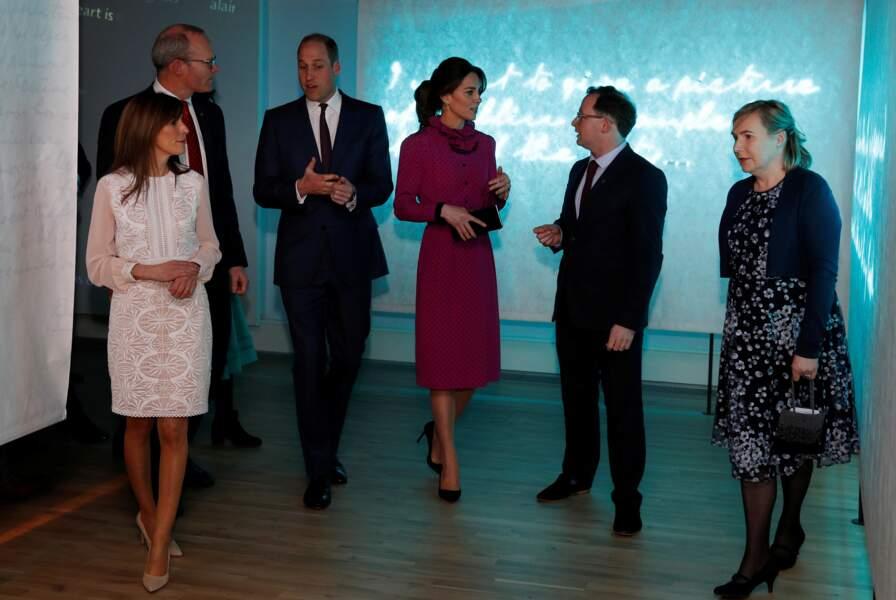 Kate Middleton porte également une magnifique pochette clutch Jimmy Choo à 1400 €. Ses sublimes escarpins noirs sont également de la maison Jimmy Choo et valent environ 791 €.