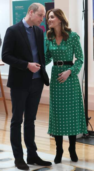 Dernier look en irlande. Kate Middleton et le prince William sont à Galway le 5 mars 2020. Kate porte un petit sac en croco vert Jimmy Choo à 500 €.