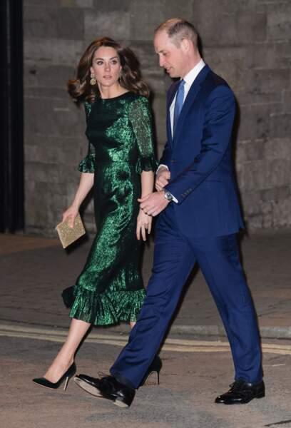 Kate Middleton porte également une paire d'escarpins vert foncé signé Manolo Blahnik de 615 €. Elle porte également une nouvelle pochette de chez Wilbur et Gussie qui vaut 280€ .