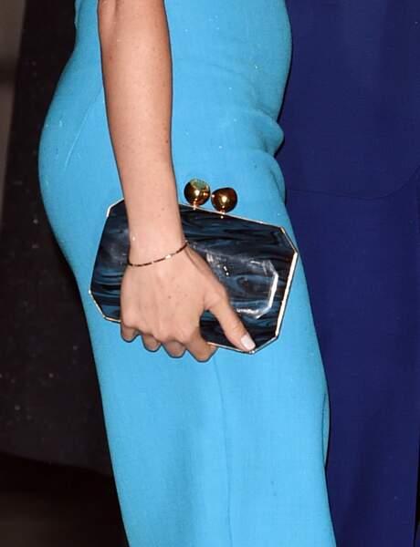 À l'occasion de la cérémonie des Endeavour Fund Awards le 5 mars 2020, Meghan Markle portait un clutch en marbre bleu de la maison Stella McCartney à 900 euros.
