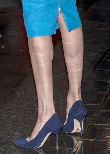 Pour finir cette tenue, la duchesse de Sussex porte des escarpins bleus marine assortis au costume de son époux, le prince Harry.
