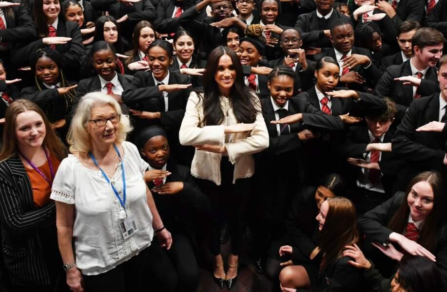 La duchesse de Sussex, très à l'aise lors de son apparition à l'école Robert Clack de Dagenham, porte des chaussures Jennifer Chamandi à 650 euros et un joli bracelet Jessica McCormack.